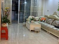 出售御龙湾精装三房,小区环境优美,绿化覆盖率高,干净整洁,位置优越,交通便捷,