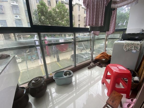 金港湾85平65万 安德利广场北面 2室2厅精装房假二层