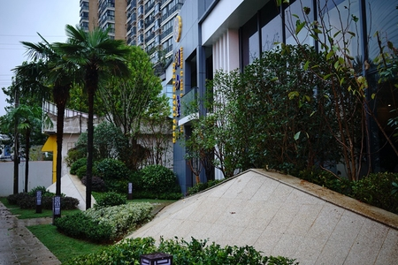 湖山壹品1楼143平方米毛坯4室2厅2卫赠送一百平方米院子118万