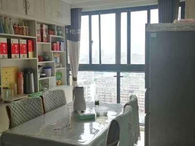 中心城豪华装修,出租家电家具齐全,拎包即住。寻找有缘人